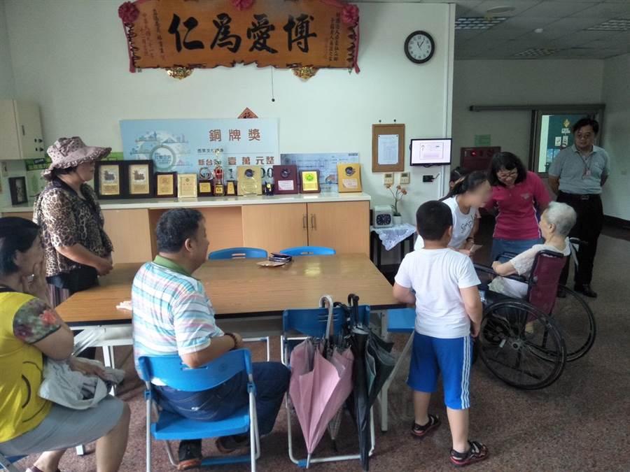 76岁的杨姓妇人24年前在彰化走失,台南市麻豆警分局巡佐吴孟宇找到妇人女儿,日前一起至高雄安置机构相认重聚。