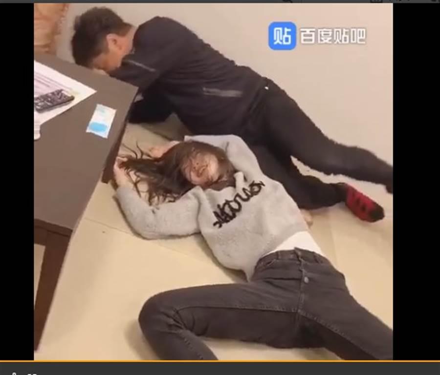 兩人玩到雙雙累躺在地上。(取自微博)