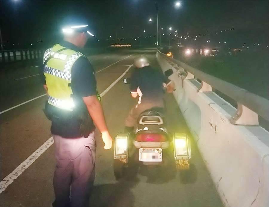 乌日员警出现,即时伸出援手助老翁返家。