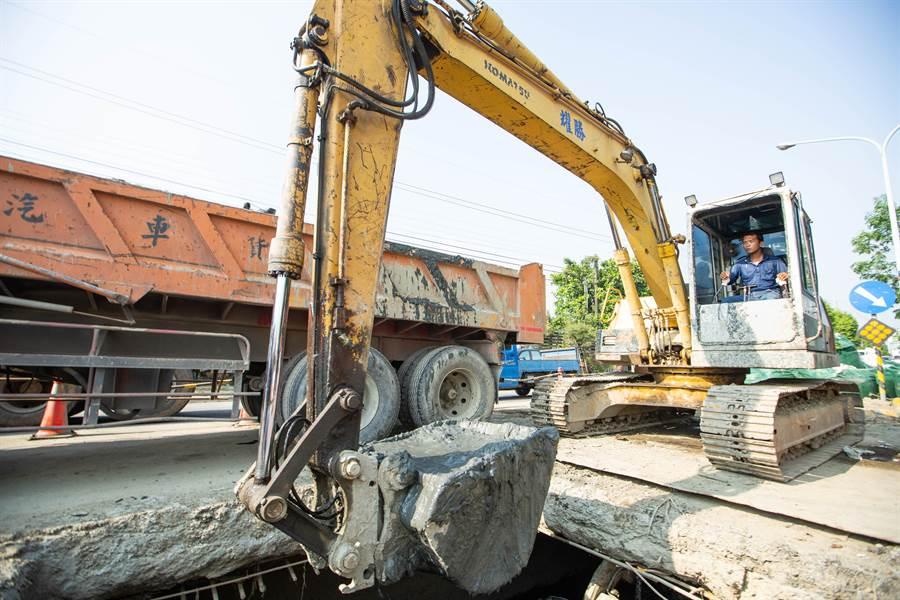 山貓與怪手聯手清淤,神農路段目前已清出2500頓廢棄物及淤泥。(袁庭堯攝)