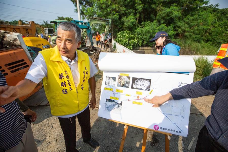 坔埔里長蔡財旺表示,神農路一帶二十幾年來市府從未清淤過,每逢颱風、豪雨必定淹水,這次終於徹底清淤了。(袁庭堯攝)