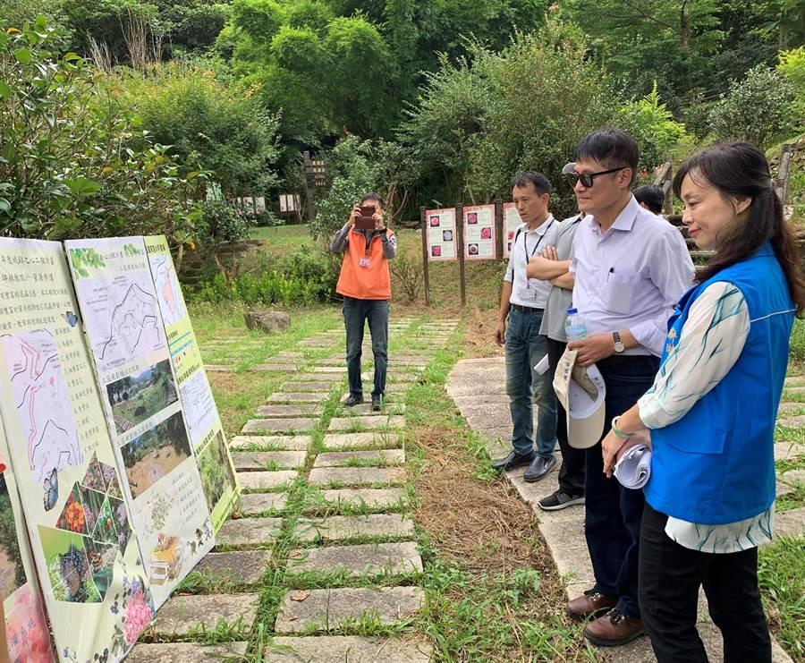 新北市副市長陳純敬(右二)今日至坪林區視察生態輕旅行辦理情形。(王揚傑翻攝)