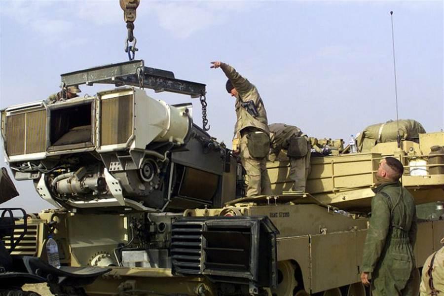 美軍M1A2艾布蘭主戰坦克使用的AGT1500燃氣渦輪發動機,是由Honeywell公司製造。圖為艾布蘭坦克吊裝發動機。(圖/Honeywell)