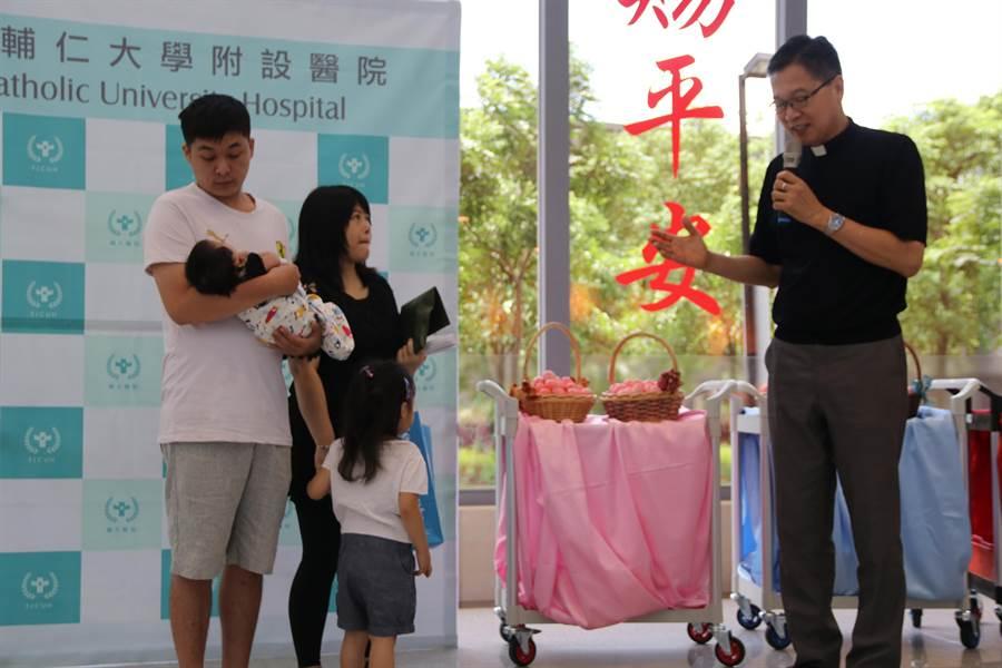 輔大醫院17日上午歡慶創院第600位新生兒滿月回院健診,準備了600個紅蛋分享喜氣。(吳亮賢翻攝)