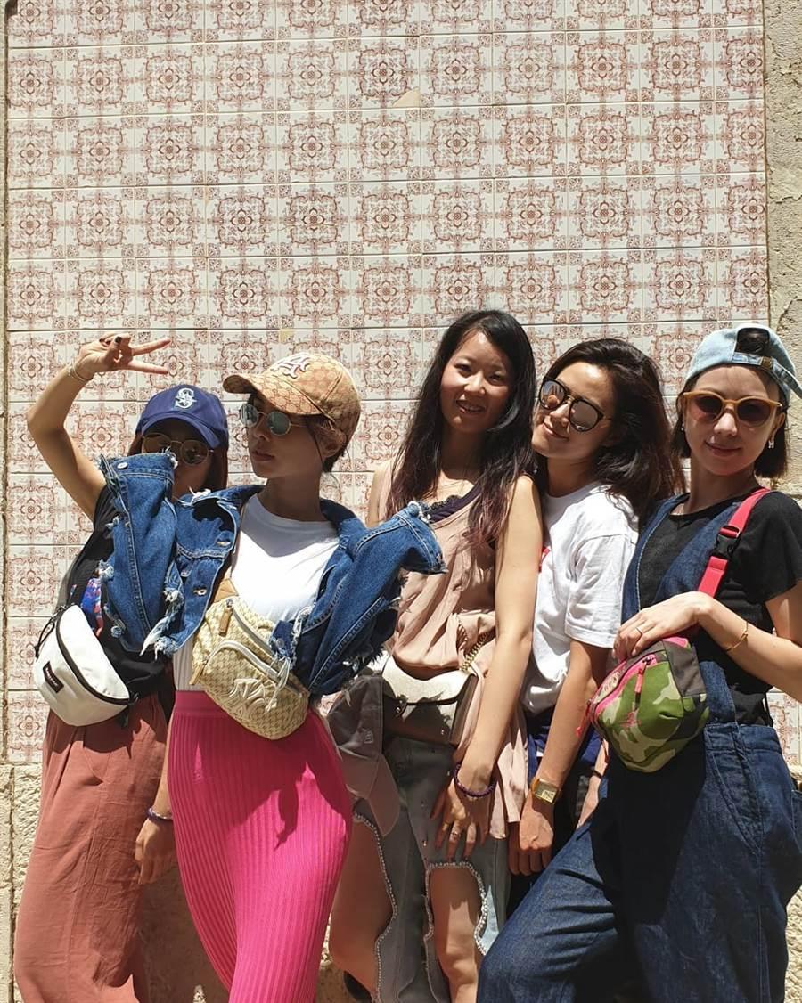 蔡依林(圖中左二)將容易NG的桃紅色針織裙穿出了天后氣勢。(圖/IG @jolin_cai)
