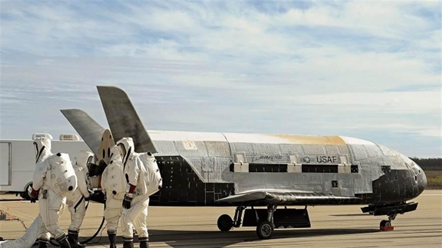 X-37B是美國空軍的無人太空梭,繞行速度秒速8公里以上(第1宇宙速度),大約是23~25馬赫。(圖/美國空軍)