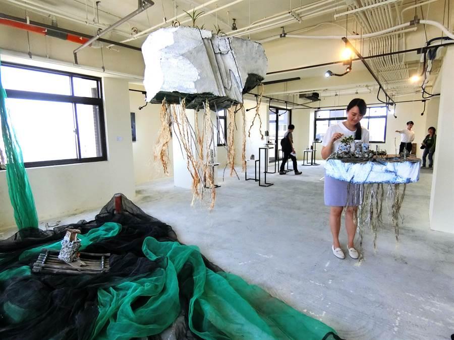 投入藝術推廣多年的采揚建設、聖揚文化藝術基金會,與藝術家寧芮潔合作,藉著「國美晴空II」一層一戶、毛胚空間特性,作為《我的感受不是你的感受-寧芮潔水泥創作展》展出場地。(盧金足攝)