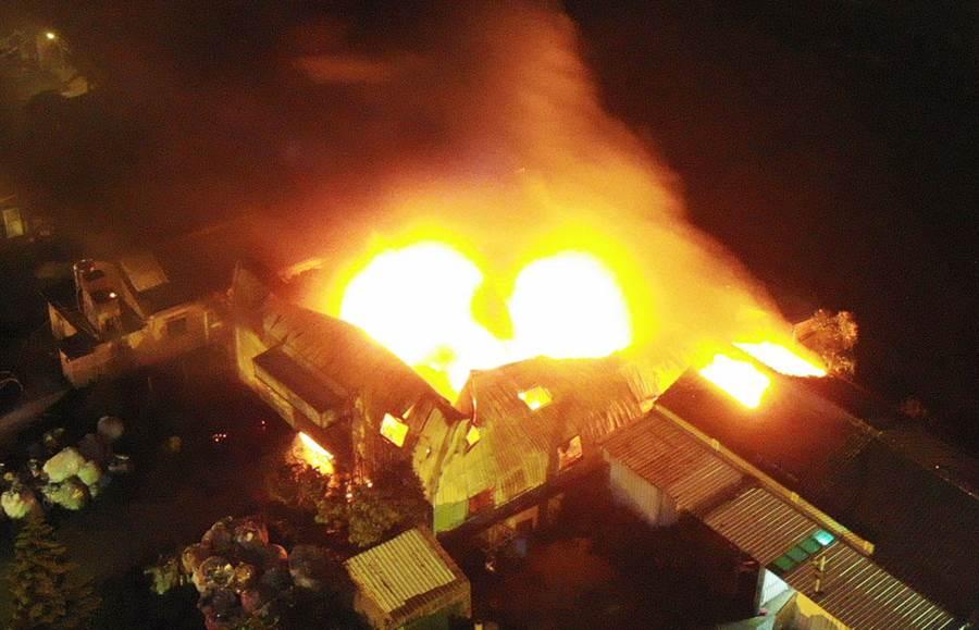 彰化縣福興鄉麥厝街一棟儲放油漆的鐵皮建築在晚間20點35分突然起火狂燒,儲放油漆全付之一炬。(吳敏菁翻攝)