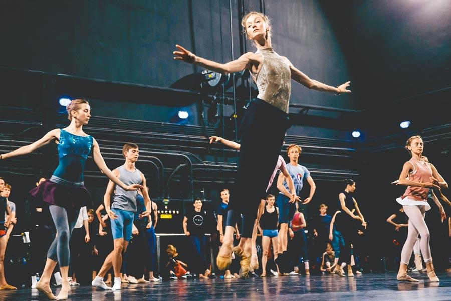 全球頂尖的馬林斯基芭蕾舞團來台,舞者緊密地暖身、排練。(郭吉銓攝)