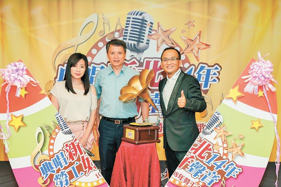 新北市勞工之星歌唱大賽邀請孔鏘老師(右)擔任代言人,與王冠倩(左)現場演出。(譚宇哲翻攝)