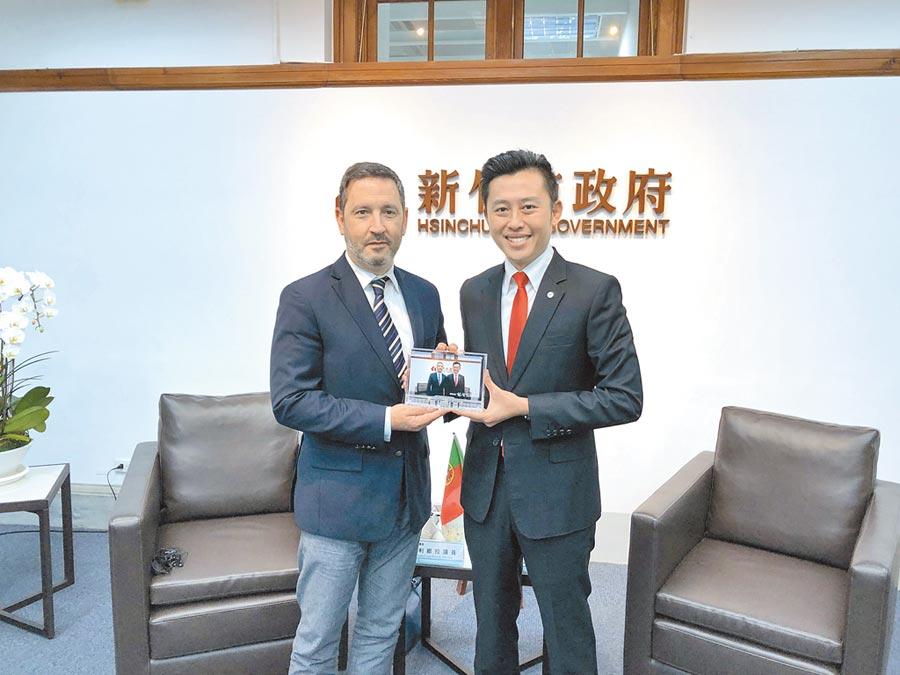 新竹市長林智堅(右)16日與葡萄牙國會友台小組主席奧利維拉率領的訪問團會談。(徐養齡攝)