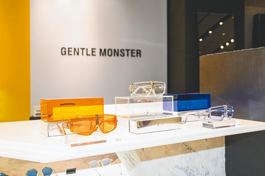GENTLE MONSTER x AMBUSH的ZIP TIE鏡架採全透明板材搭配鍍金屬結構,輕便又具未來感。目前官網販售僅剩橘色,售價350美元。(GENTLE MONSTER提供)