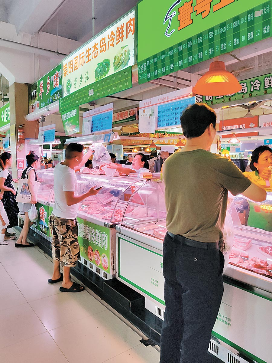 大陸因非洲豬瘟疫情造成供給減少、價格飆升,也讓攤商進貨、銷售兩難。(記者吳泓勳攝)