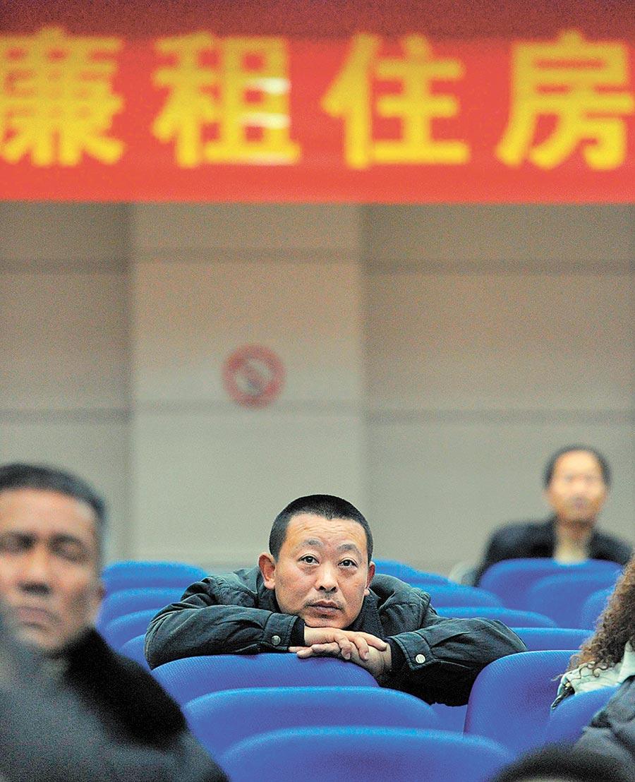 符合廉租房申請條件的合肥市民觀看搖號過程。(新華社資料照片)