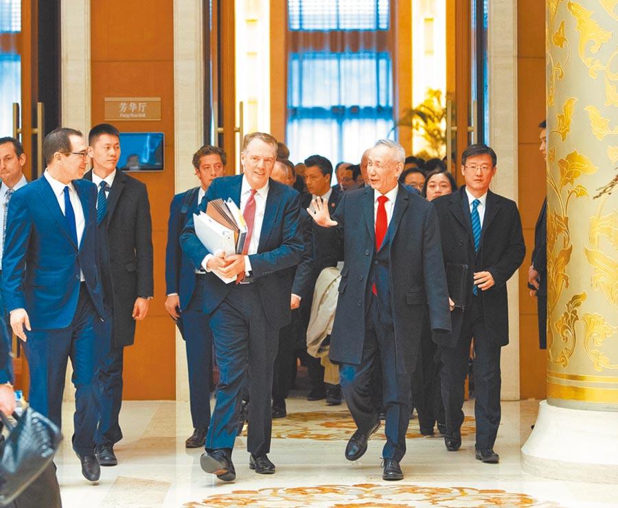 美國財政部長努欽與大陸協商重啟談判。圖為2月14日,大陸國務院副總理劉鶴(前排右一)與美國貿易代表萊特希澤、財政部長努欽主持中美經貿磋商開幕式。(新華社)