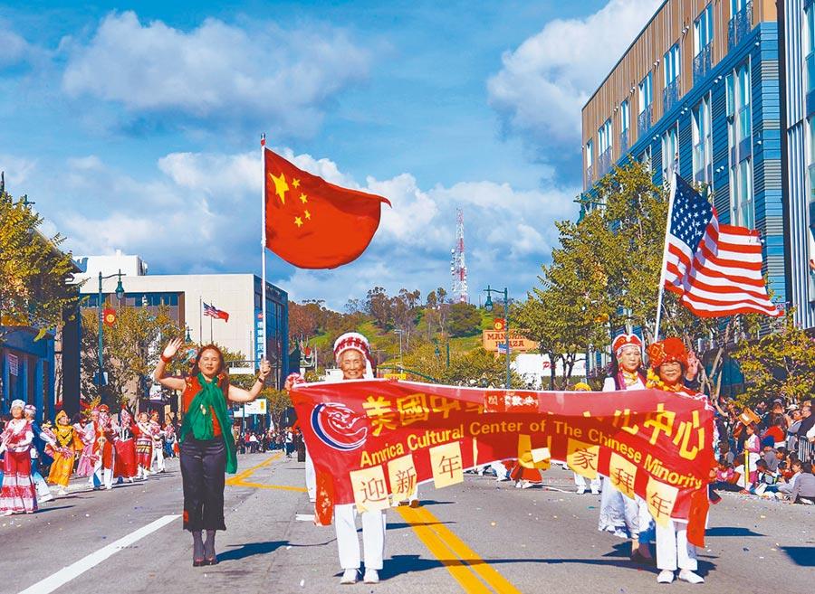 中美貿戰牽動兩國關係與全球經貿。圖為美國洛杉磯中國城春節活動,民眾高舉中美國旗遊行。(中新社資料照片)