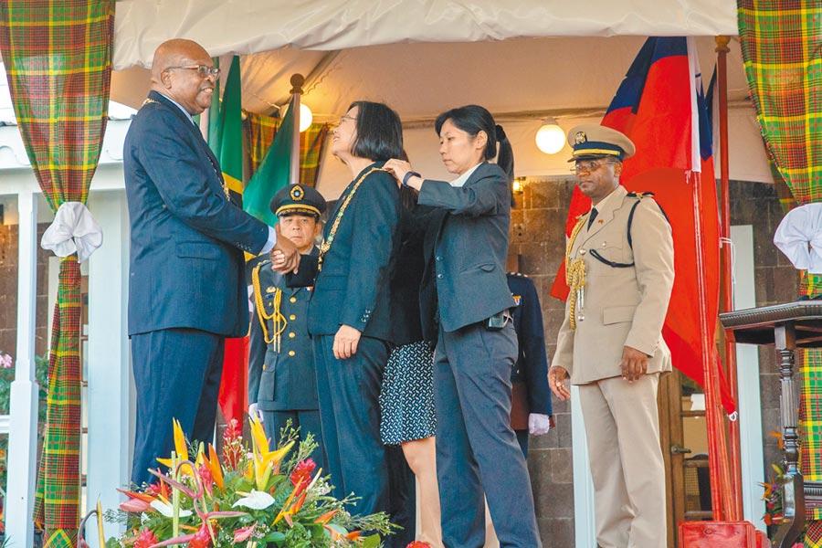7月16日,蔡英文總統接受克國總督席頓(左1)致贈「聖克里斯多福及尼維斯勳章」。(總統府提供)