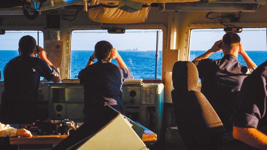 英軍聖奧爾本斯號對「西安艦」進行監視。(取自環球網)