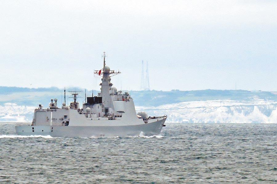 英國海軍拍攝到「西安艦」通過海峽。(取自環球網)