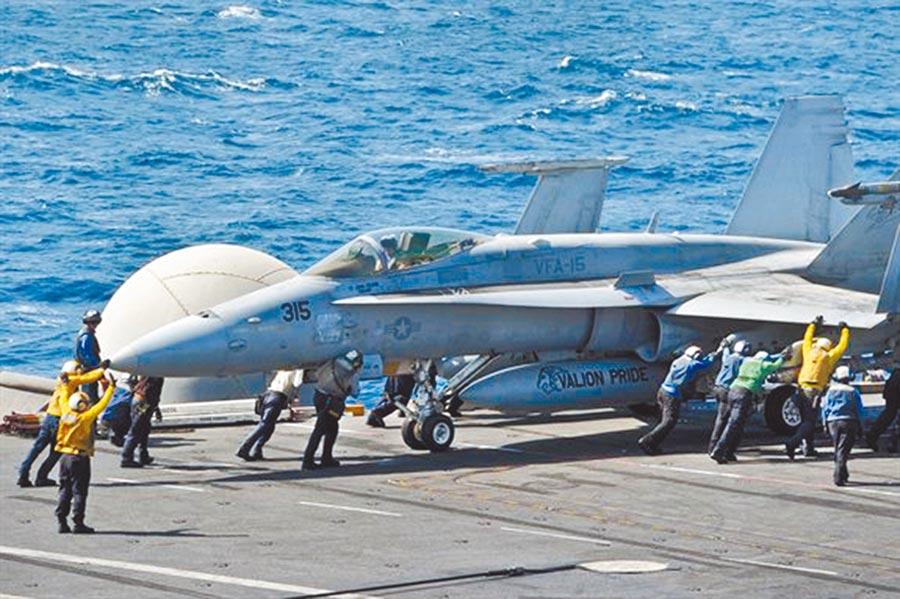 F-18在航空母艦喬治布希號待命。(取自美國防部網站)