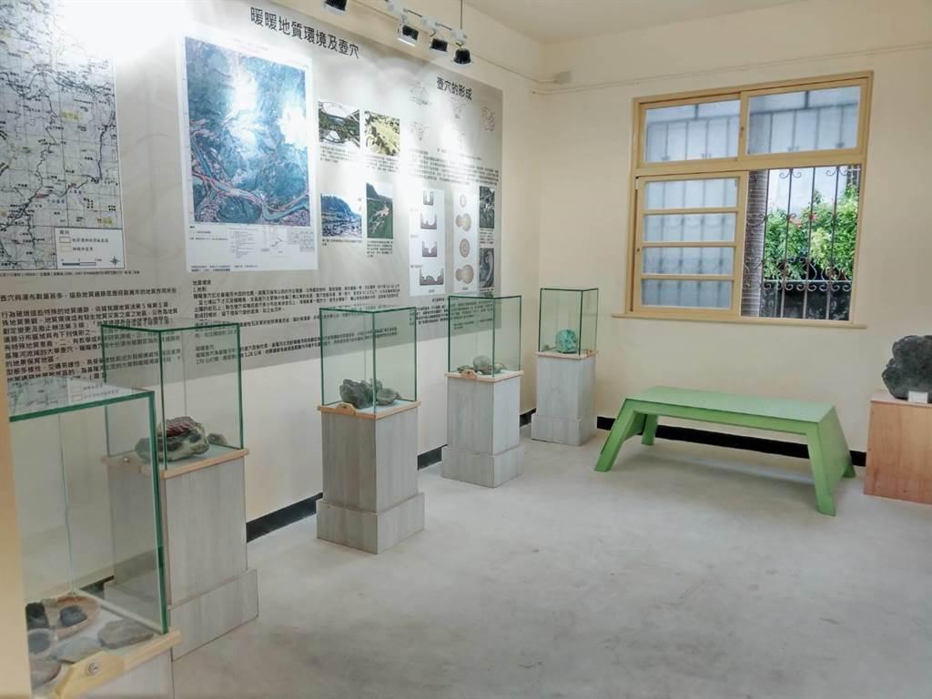 黃蠟石文化館18日開幕,展出基隆暖暖古早時期的黃蠟石、採礦工具、礦工名冊等文物。(張穎齊攝)