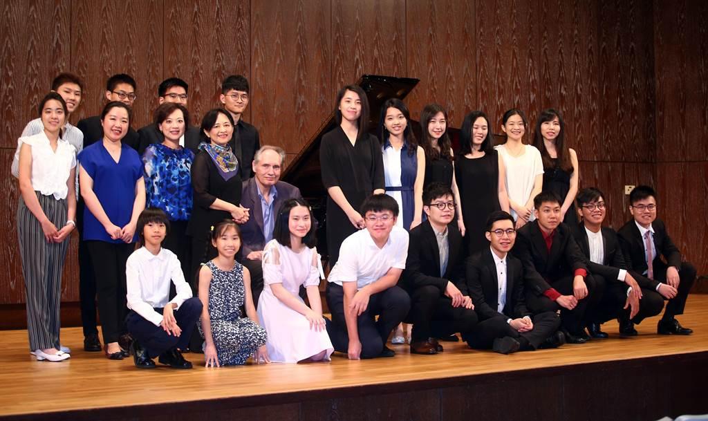 向巴哈致敬,國內44位鋼琴家齊聚一堂,接力彈巴哈。(陳信翰攝)