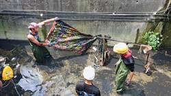 防洪賣命了 清潔人員當忍者龜深入箱涵暗渠清淤