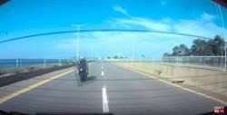影像曝光!重機超速撞汽車 騎士噴飛重摔身亡
