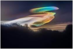 更勝極光!台旅客機上拍到「神蹟彩雲」
