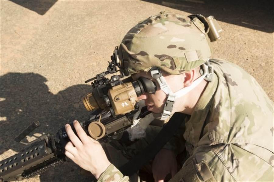 美陸軍正在測試新一代特戰部隊步槍,它具備輔助瞄準光學系統與數據分析、網絡傳輸功能。(圖/美國陸軍)