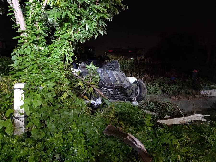 自小客車衝落邊坡,消防局順利將車內4男1女救出,5人均輕傷已出院。(劉秀芬翻攝)