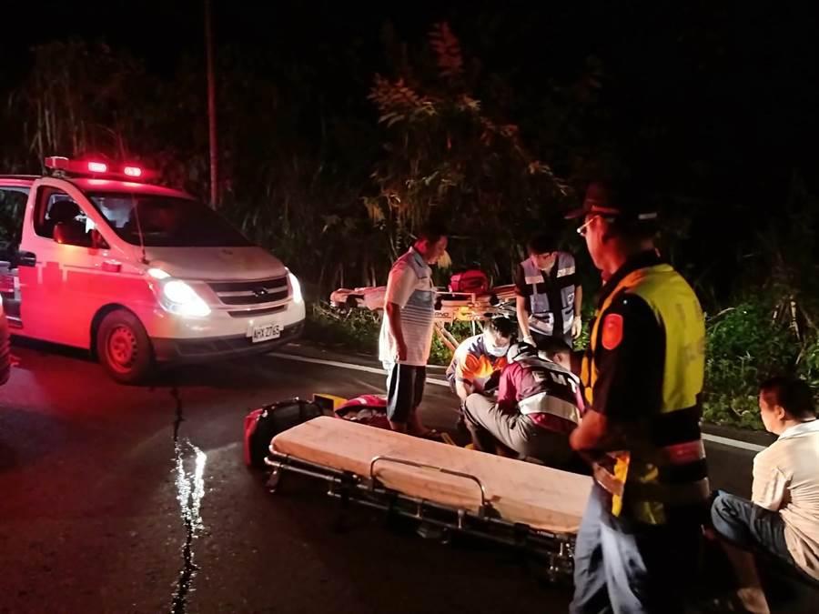 白河175線2.6公里處自小客車衝落邊坡,消防局派出5車12人前往救援,順利將車內4男1女救出送往柳營奇美醫院,所幸5人均為輕傷,皆已出院。(劉秀芬翻攝)