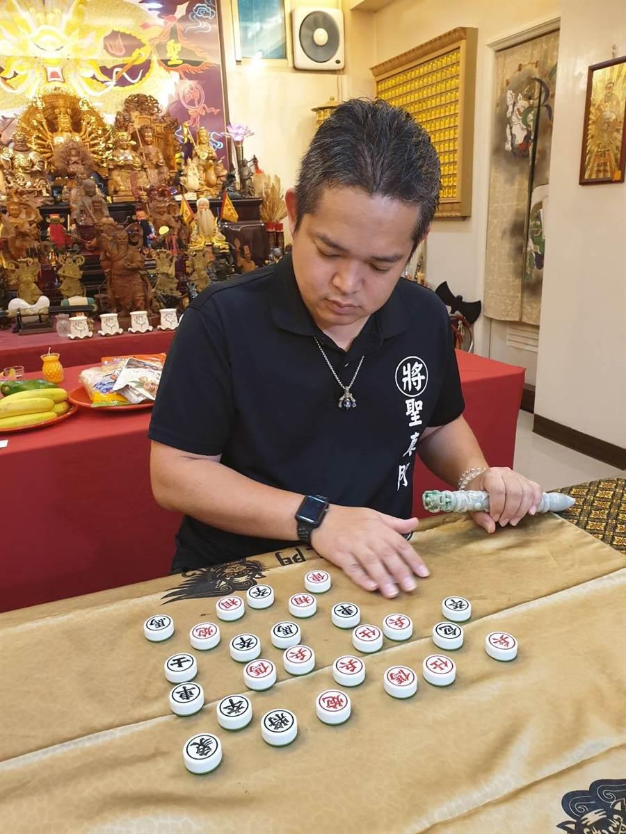 聖元師父以象棋占卜,韓當選總統的機率高。(照片/游定剛 攝影)