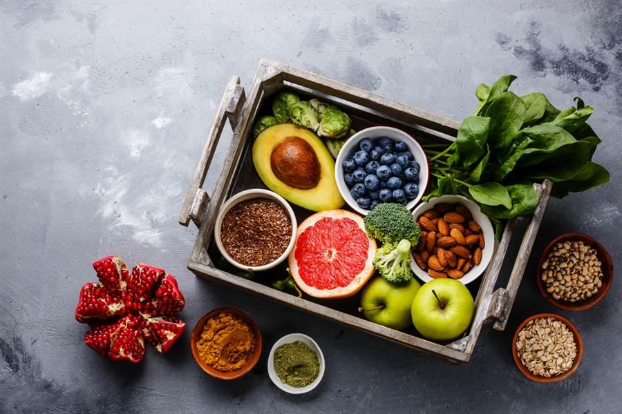 內分泌醫師弘世貴久指出,吃藍莓補充花青素,防止血糖上升、降低罹患糖尿病的機率。(達志)
