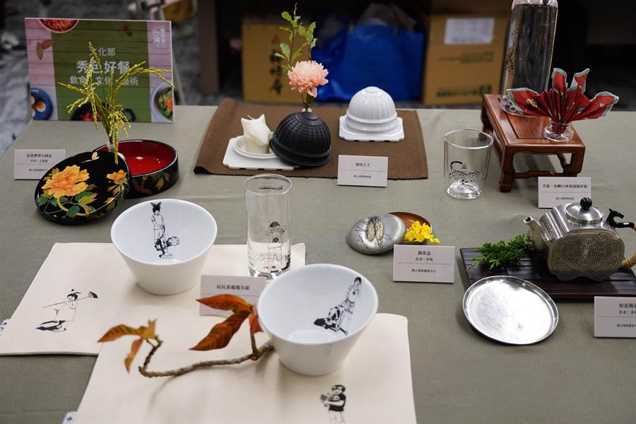 文化部在台灣美食展期間,集結轄下五大博物館所的珍藏,透過美食與文創器皿的搭配,讓藝術與生活結合。(圖/台灣觀光協會)