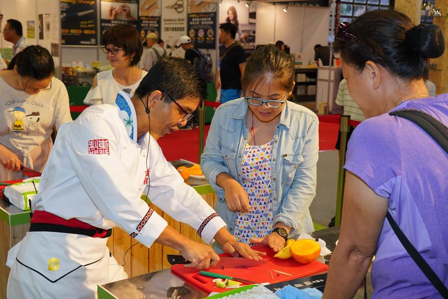 今年台灣美食展擴大辦理廚藝教室體驗活動,增闢為兩個教室,讓更多的民眾可以報名,在專業廚師的指導下,自己動手做料理。(圖/台灣觀光協會)