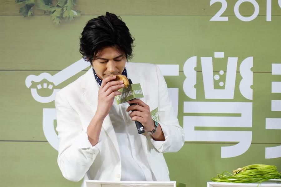 為強化國際宣傳,台灣觀光協會今年並邀請日本時尚帥主廚速水茂虎道,擔任台灣美食展宣傳大使。(圖/台灣觀光協會)