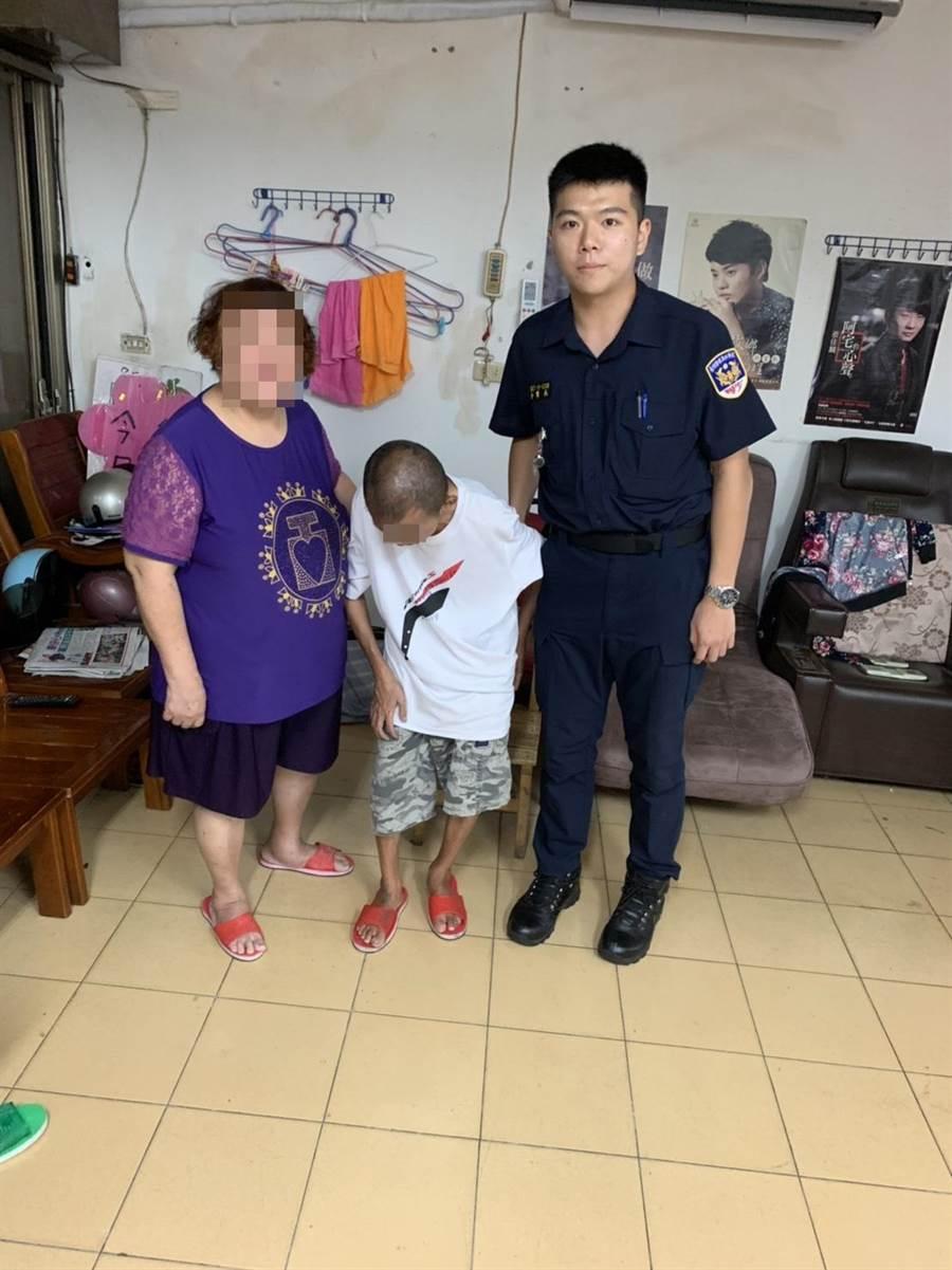 男子疑似有精神障碍蹲坐路旁,永和警分局警员协助返家。