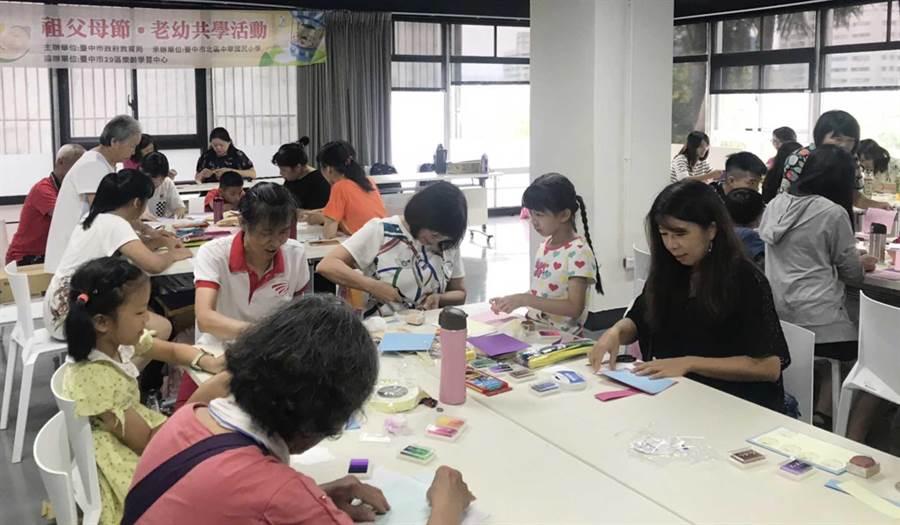 台中市政府教育局18日邀請29個區長者和孩童齊聚精武圖書館,舉辦創意卡片老幼共學課程活動。(陳世宗翻攝)