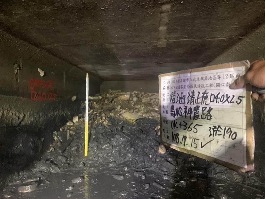 高市鳥松區神農路段雨水下水道清淤照片18日曝光,裡頭一堆爛泥、垃圾,淤積深達1.5公尺,難怪過去每逢豪雨必淹。(高雄市政府提供)