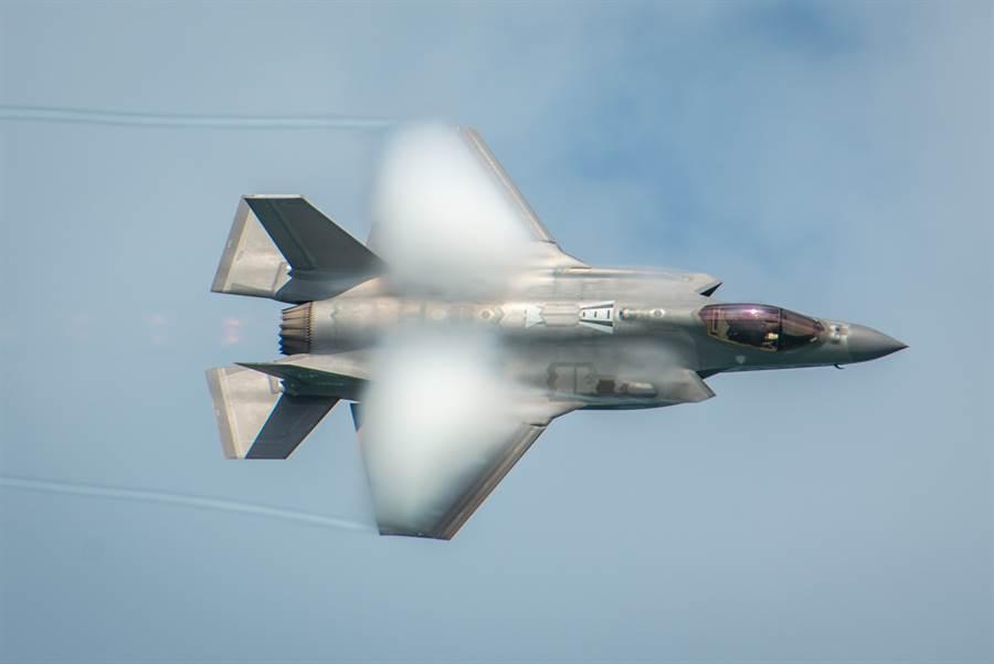 F-35A戰機在美國佛州邁阿密海灘上空為海空展表演準備的畫面。(美國空軍)