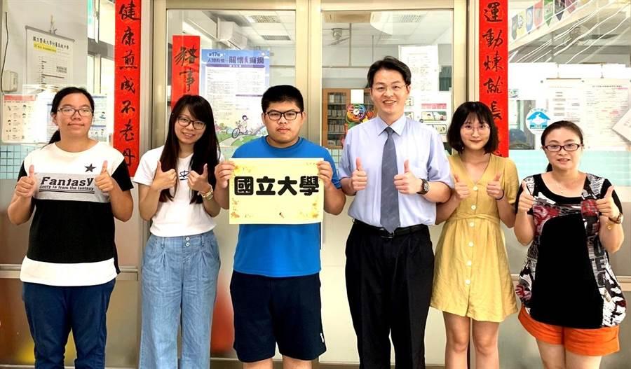▲暨大附中校長張正彥與該校此次指考績優,可獲錄取國立大學的同學合影。(楊樹煌攝)