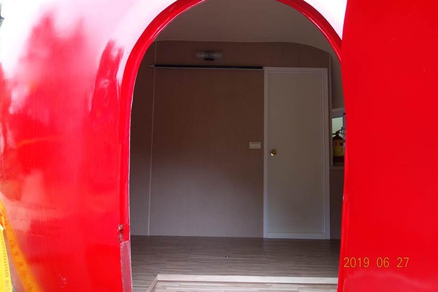福壽山露營蘋果屋約1坪大,相當於營位木棧板大小,雖有插座、衛浴設備,但不提供床鋪、棉被、枕頭及盥洗用品。(王文吉翻攝)
