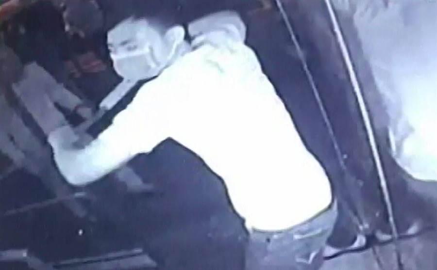 賴姓男子為首的暴力組織,成員砸店時的狠樣全被監視器錄下來。(巫靜婷翻攝)
