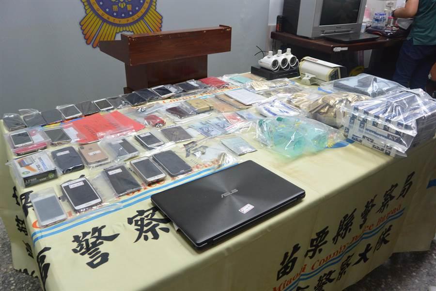 苗栗縣警察局17日執行治平專案,帶回暴力份子及賣淫女子共23名到案,從中搜出二級毒品安非他命、吸食器、手機、現金、帳本、潤滑液、保險套等贓證物。(巫靜婷攝)