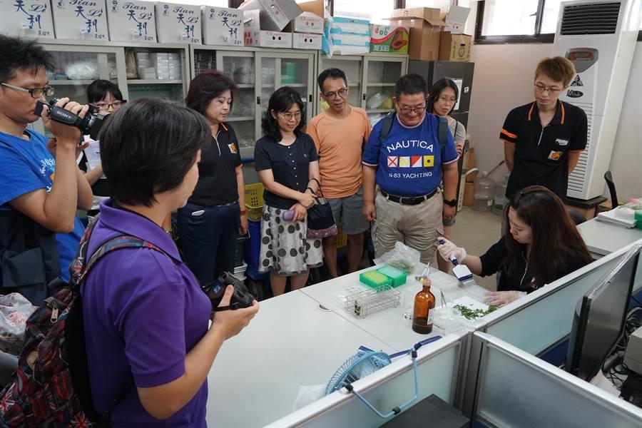 來自新北市各國中小的教師18日上午到三重果菜市場參訪,認識蔬果農藥檢驗、產銷流程,作為日後食農教育課程借鏡。(吳亮賢翻攝)