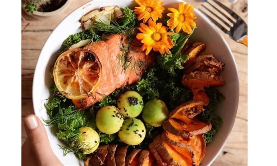 麥可斯飲食以天然食物為主,這是她在社群網站秀出的一餐。圖片來源/麥可斯IG)