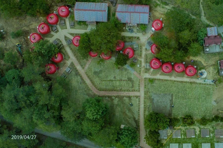 福壽山農場引進18個露營蘋果屋,相關單位無法認定是否合法,目前只能看不能住。(王文吉翻攝)