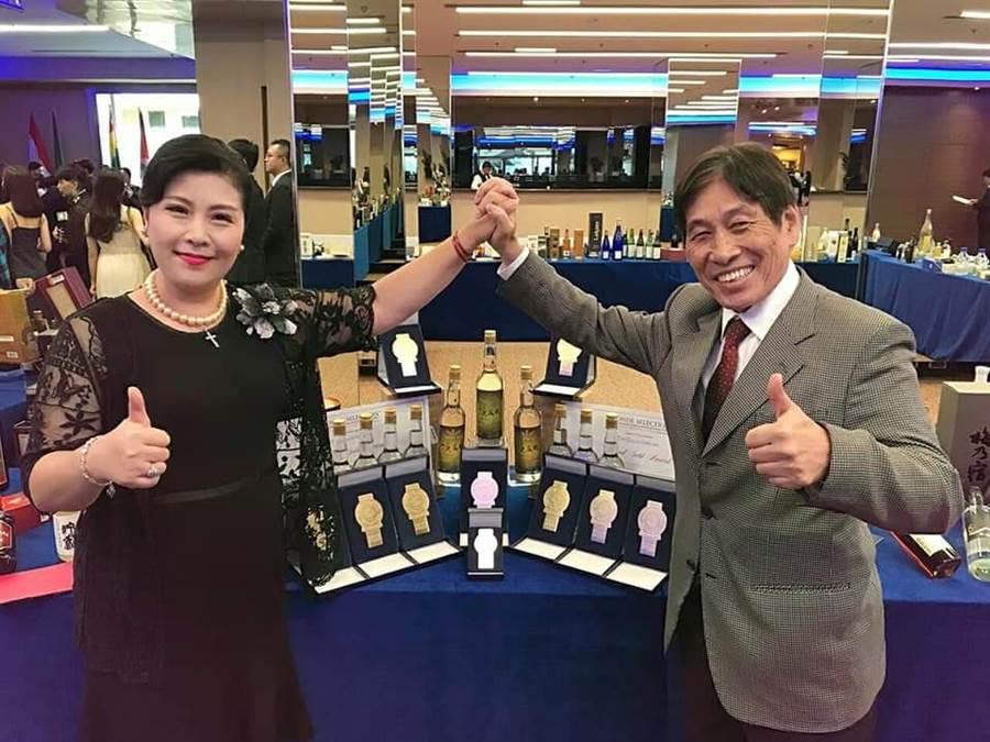 畢麗家〈左〉與「賽酒王」車正國(左前)自行研發的高粱酒奪下世界大賽10金佳績。