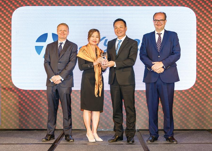 元大證券獲得《歐元雜誌》台灣最佳投資銀行獎項,元大香港董事長王義明(右二)、元大香港總經理陳妙如(左二)代表接受殊榮。圖/元大證券提供